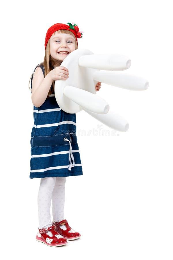 Meisje met een witte stoel in de handen van stock foto's