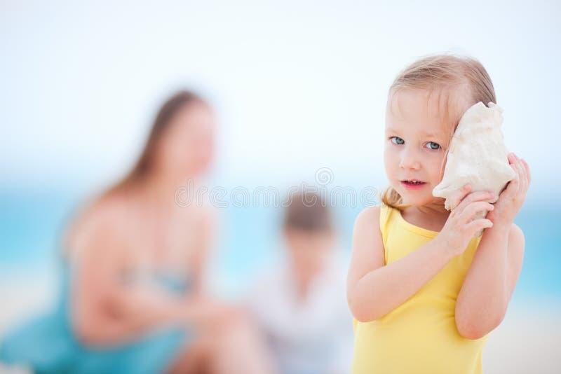 Meisje met een zeeschelp royalty-vrije stock fotografie
