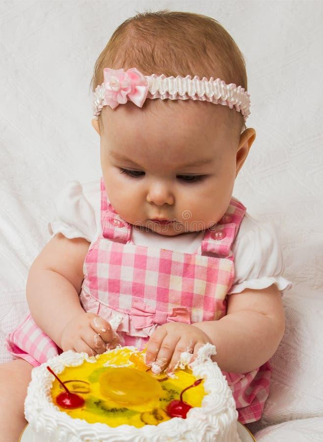 Meisje met een zoete cake royalty-vrije stock foto's