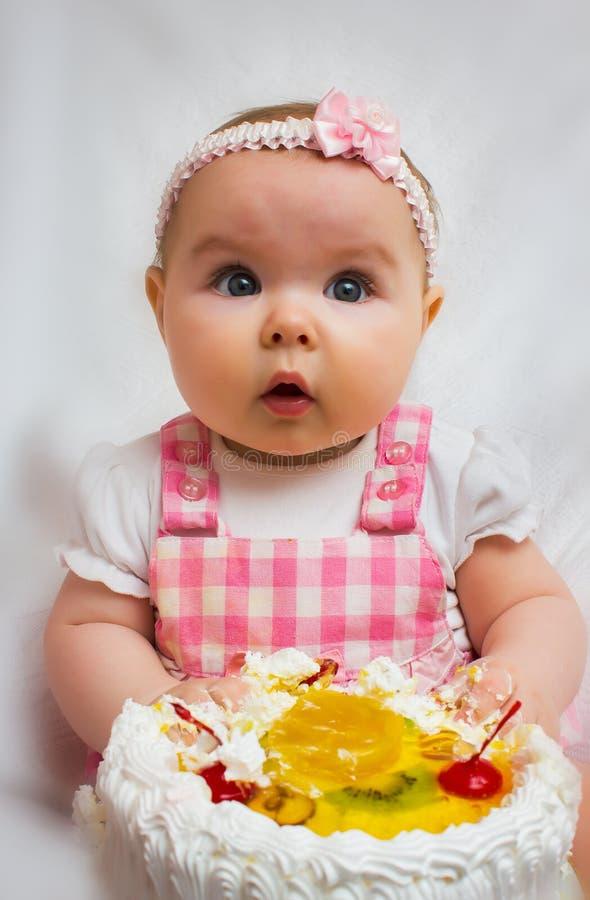 Meisje met een zoete cake stock afbeeldingen