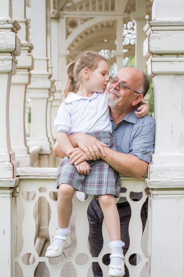 Meisje met Eenvormige School en haar Grootvader in Groen Pari royalty-vrije stock afbeelding