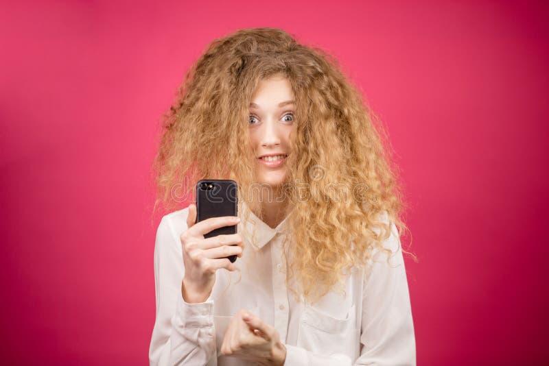 Meisje met elegant nieuw kapsel die selfie doen stock afbeelding
