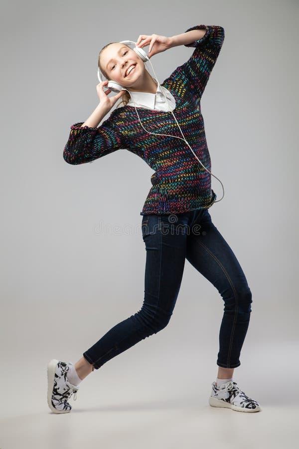 Meisje met en Hoofdtelefoons die zingen dansen royalty-vrije stock foto's