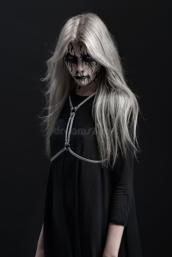Meisje met enge make-up op gezicht stock fotografie