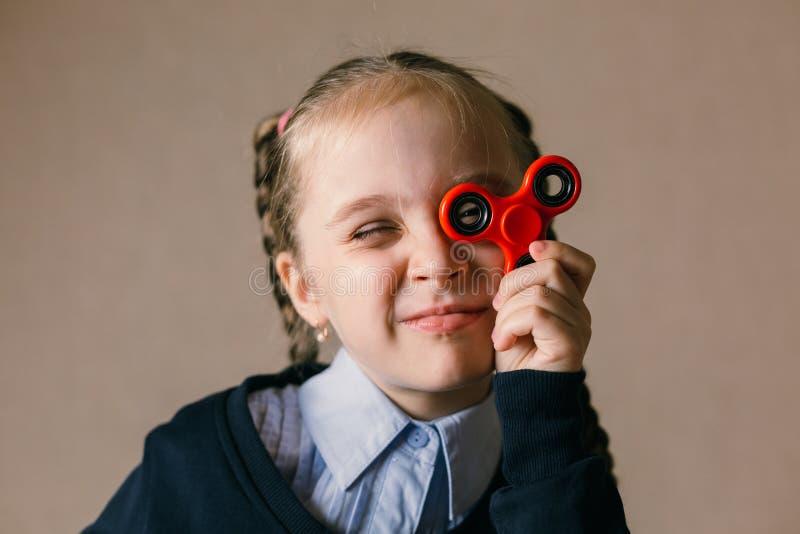 Meisje met Fidget Spinner aan zijn ogen wordt gesteund dat royalty-vrije stock foto