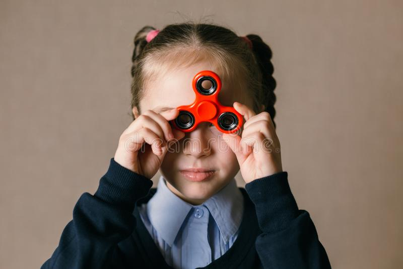 Meisje met Fidget Spinner aan zijn ogen wordt gesteund dat stock afbeeldingen