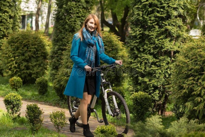 Meisje met fiets royalty-vrije stock afbeelding