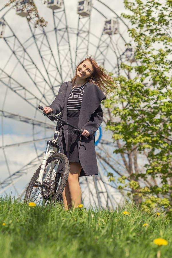 Meisje met fiets stock foto