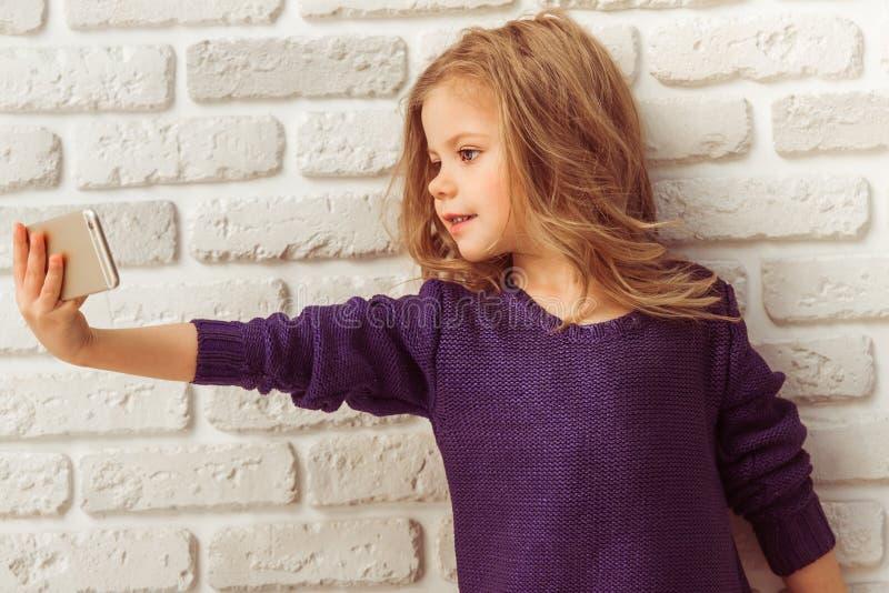 Meisje met gadget stock afbeelding