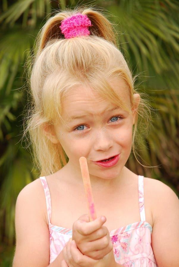 Meisje met gebeëindigd roomijs stock afbeeldingen