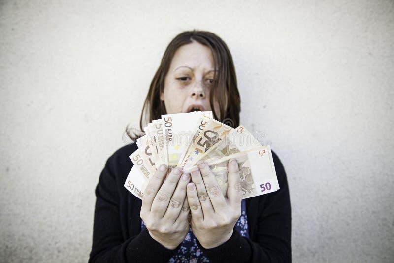 Meisje met geldrekeningen stock fotografie