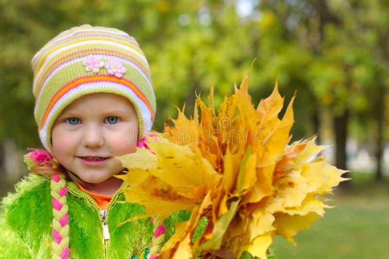 Meisje met gele bladeren stock afbeelding