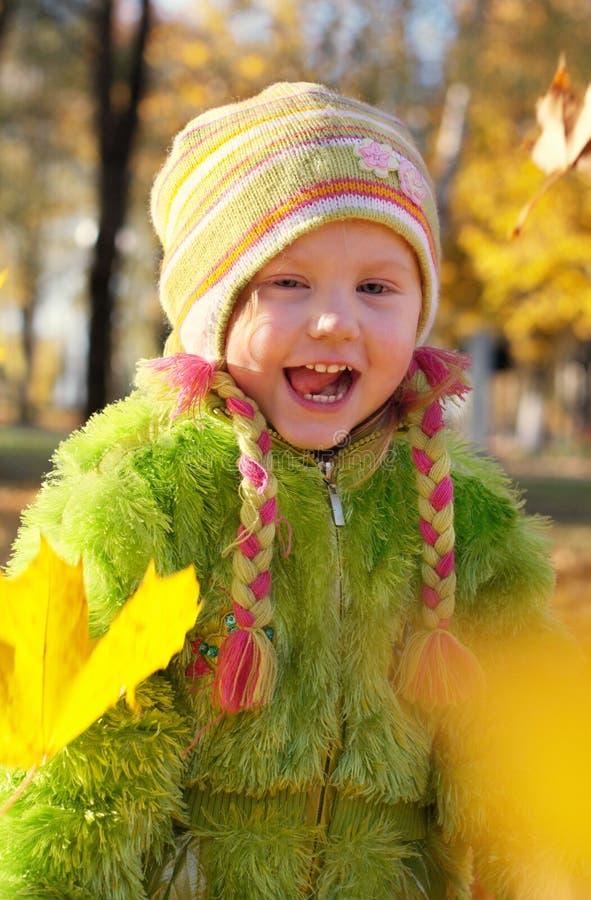 Meisje met gele bladeren royalty-vrije stock foto's