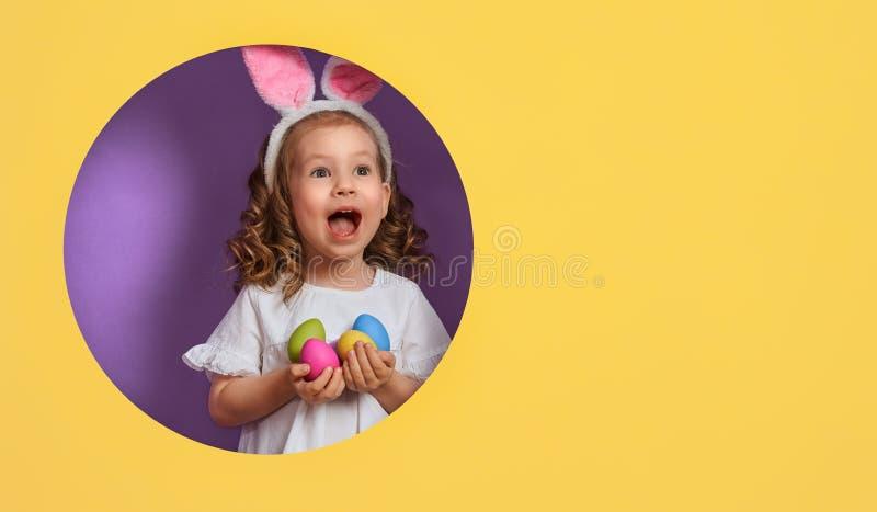 Meisje met geschilderde eieren stock afbeeldingen