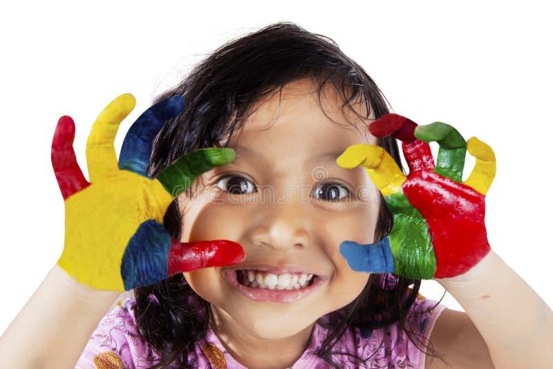 Meisje met geschilderde handen stock fotografie