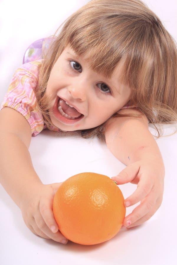 Meisje met gezond fruit stock foto