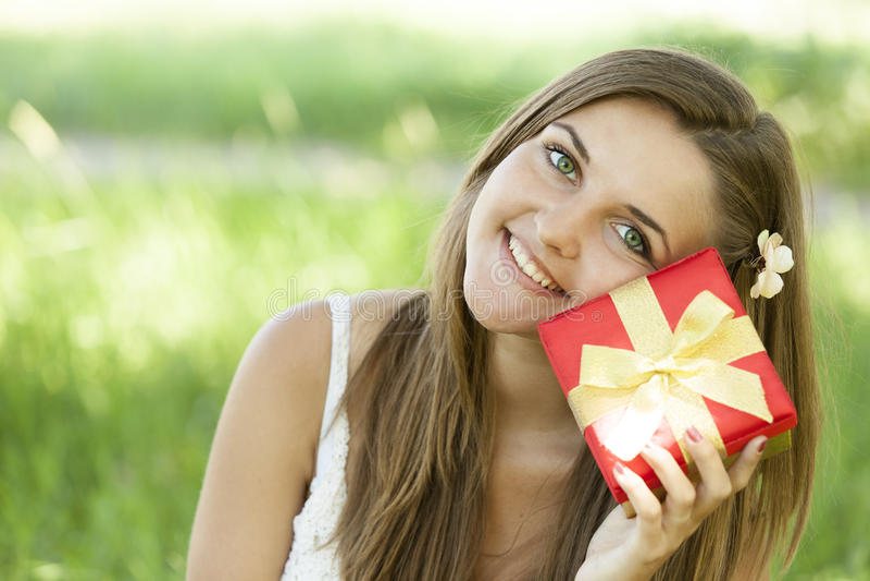 Meisje met gift in het park stock afbeelding