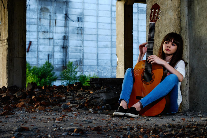 Meisje met gitaar royalty-vrije stock foto's