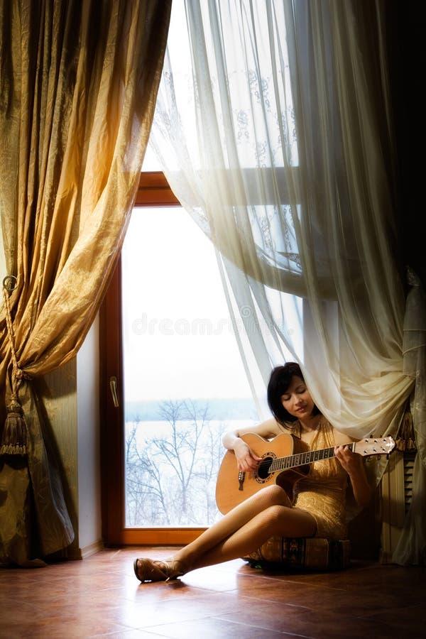 Meisje met gitaar stock afbeelding