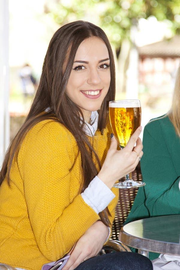 Meisje met glas bier stock foto's