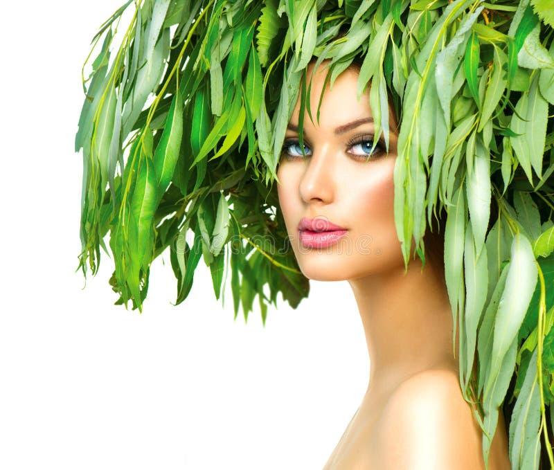 Meisje met groene bladeren op haar hoofd stock foto's