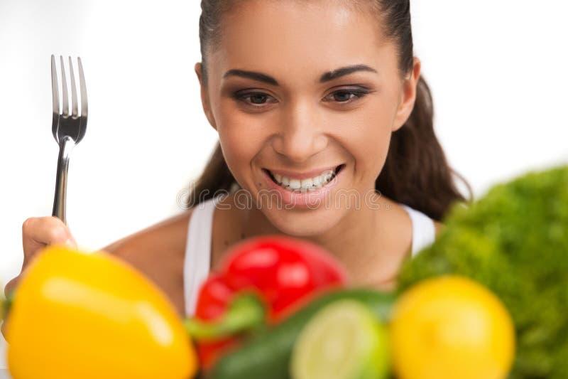 Meisje met groenten op witte achtergrond wordt geïsoleerd die royalty-vrije stock fotografie