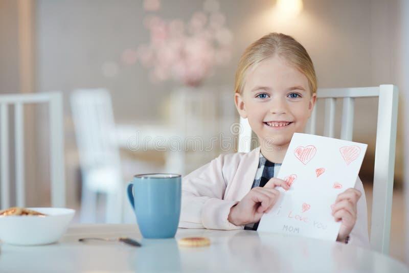 Meisje met groetkaart royalty-vrije stock afbeelding