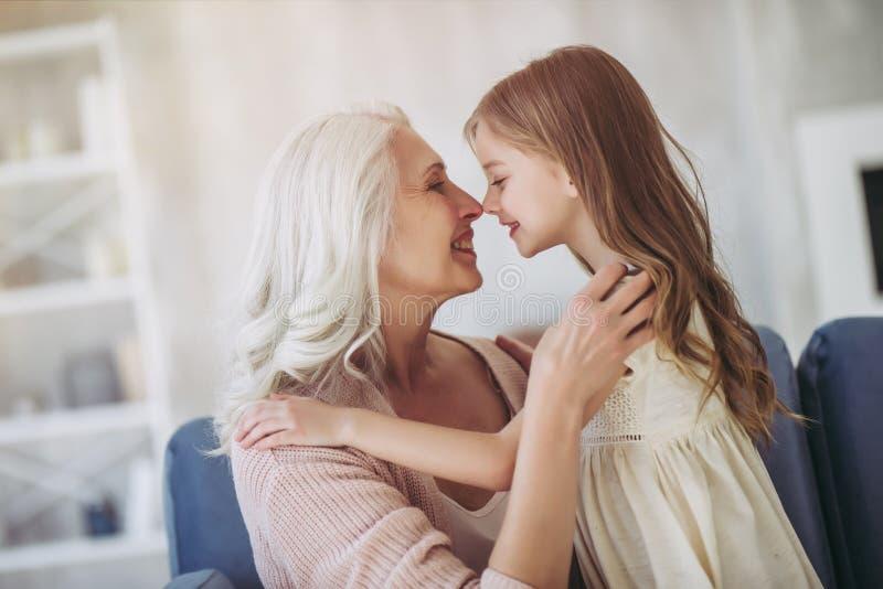 Meisje met grootmoeder stock afbeelding