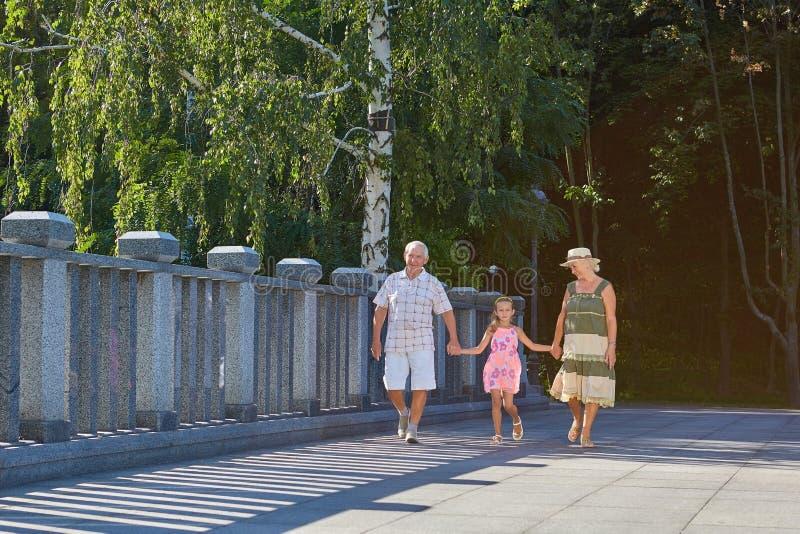 Meisje met grootouders in openlucht stock fotografie