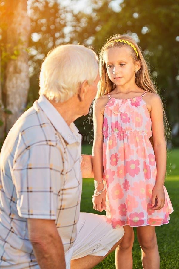 Meisje met grootvader in openlucht royalty-vrije stock afbeelding
