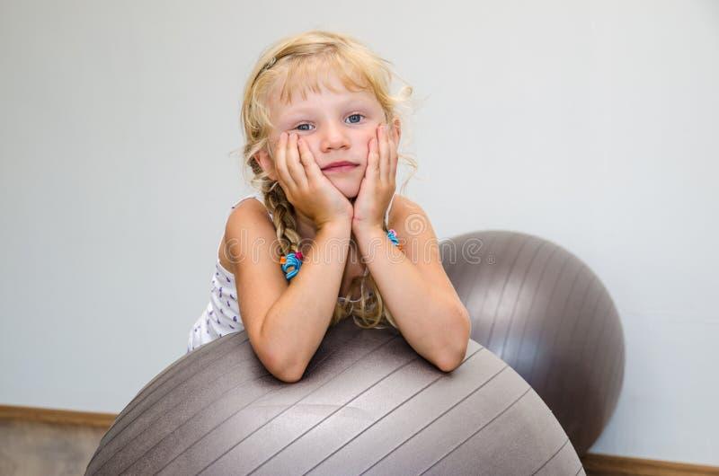 Meisje met gymnastiekbal royalty-vrije stock foto's