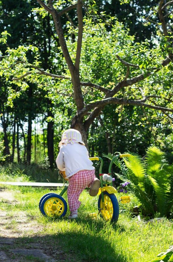 Meisje met haar fiets bij het park royalty-vrije stock fotografie