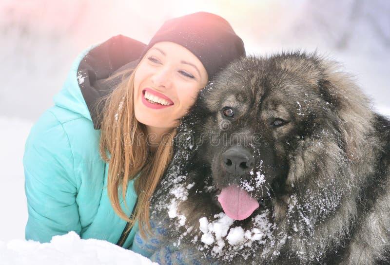 Meisje met haar groot hondhuisdier stock afbeelding