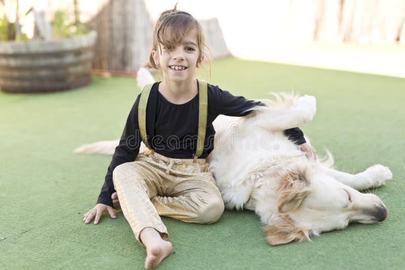Meisje met haar hond royalty-vrije stock afbeeldingen