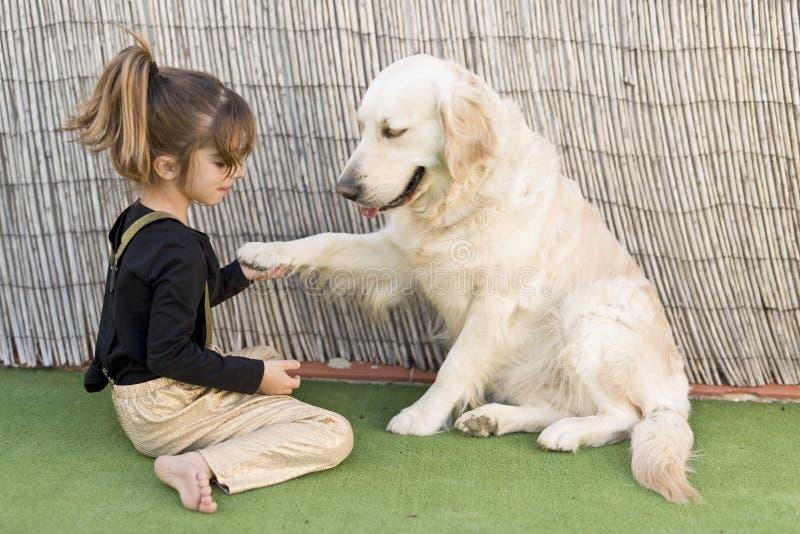 Meisje met haar hond stock foto's