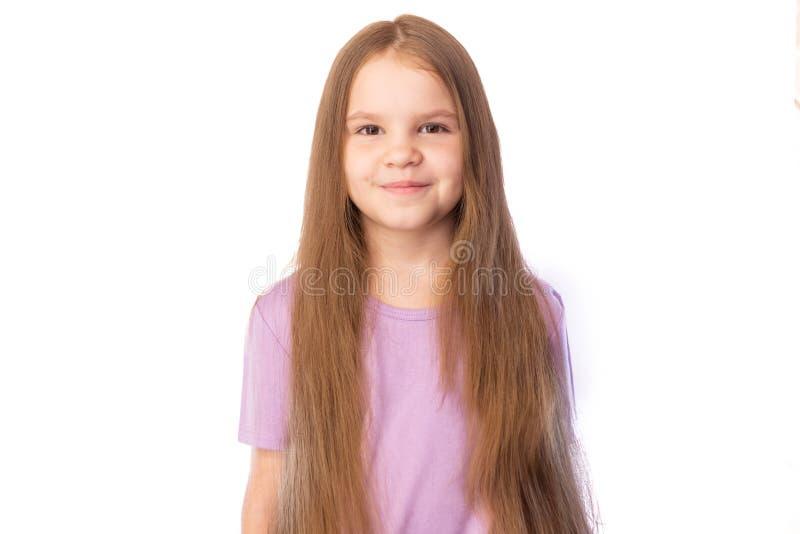Meisje met haar lang haar, leuke die glimlachen, op witte achtergrond worden geïsoleerd stock foto's