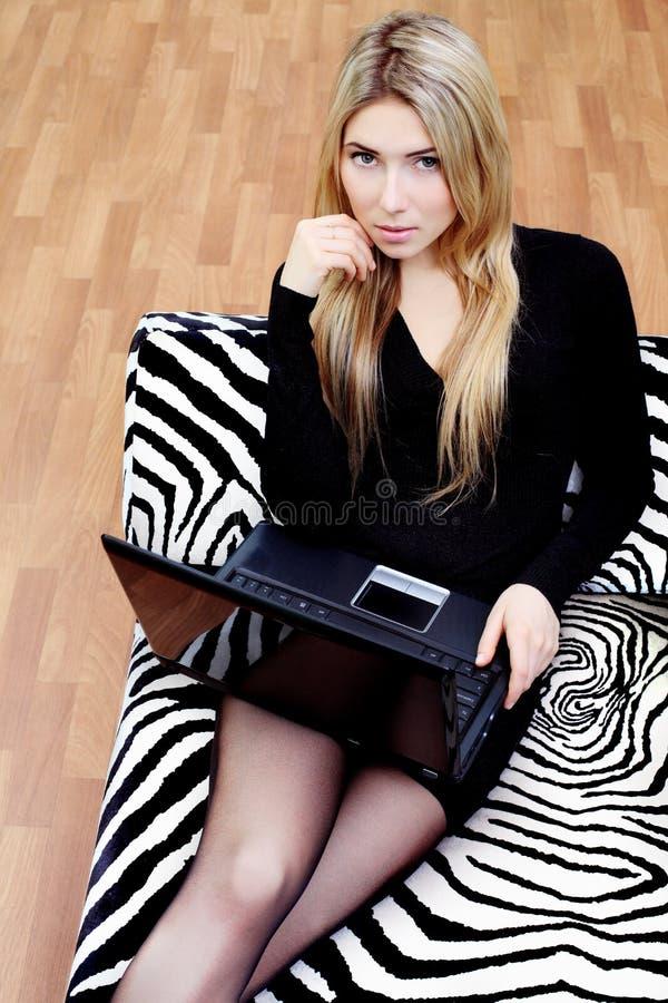 Meisje met haar laptop stock afbeelding