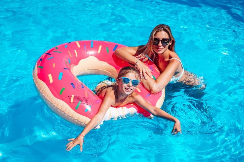 Meisje met haar mamma in zwembad stock foto's