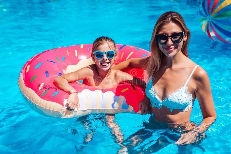 Meisje met haar mamma in zwembad royalty-vrije stock afbeelding