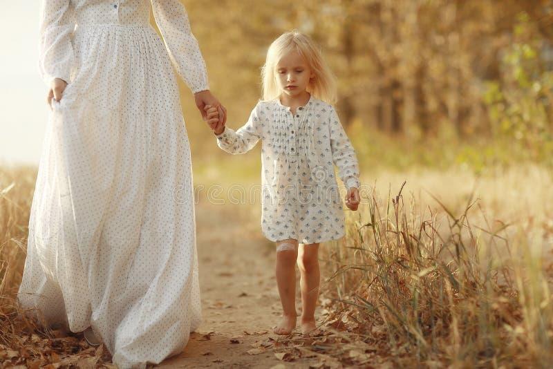Meisje met haar moeder op de herfstgebied stock afbeeldingen