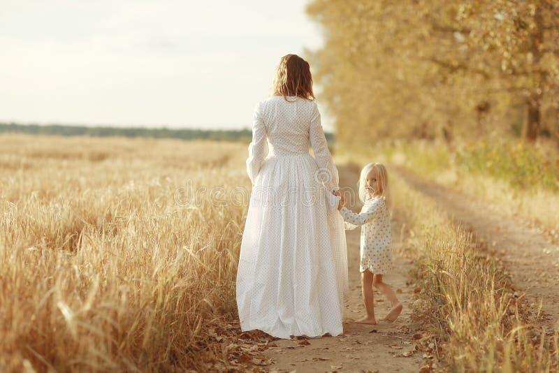 Meisje met haar moeder op de herfstgebied royalty-vrije stock foto