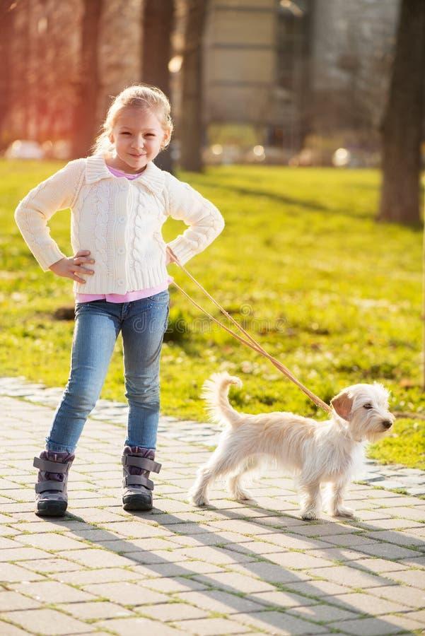 Download Meisje met haar puppyhond stock afbeelding. Afbeelding bestaande uit huisdier - 39111859