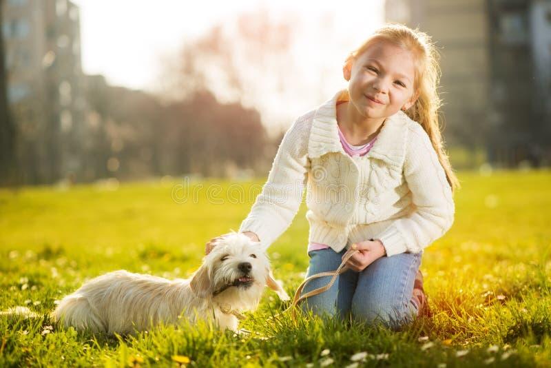 Download Meisje met haar puppyhond stock afbeelding. Afbeelding bestaande uit gras - 39111911