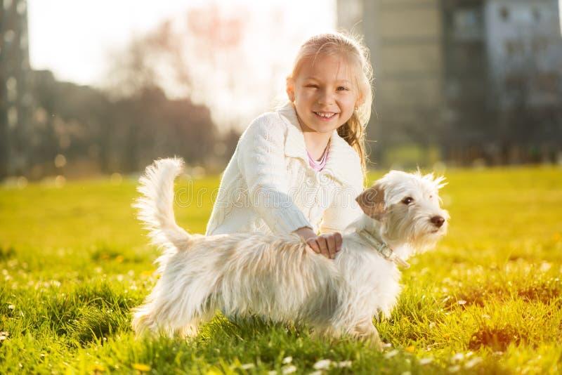 Download Meisje met haar puppyhond stock afbeelding. Afbeelding bestaande uit leisure - 39111973