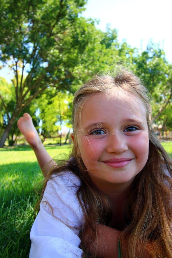 Meisje met haar voeten in de lucht stock afbeeldingen