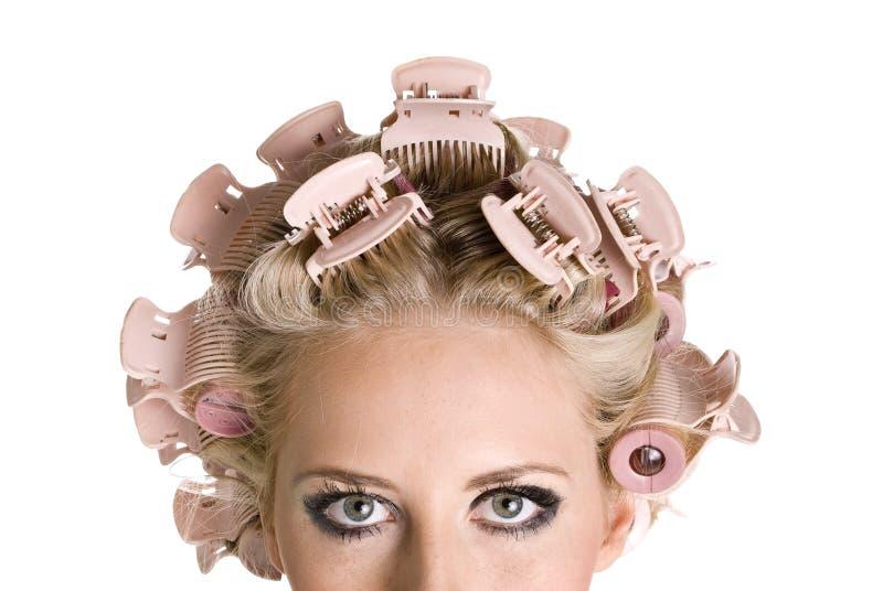 Meisje met haarkrulspelden stock afbeelding