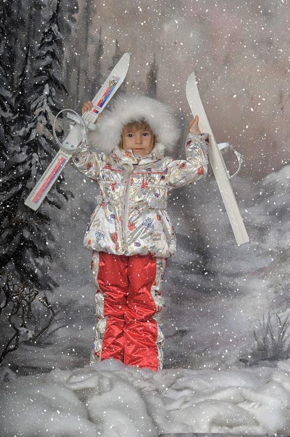 Meisje met in hand skis royalty-vrije stock fotografie