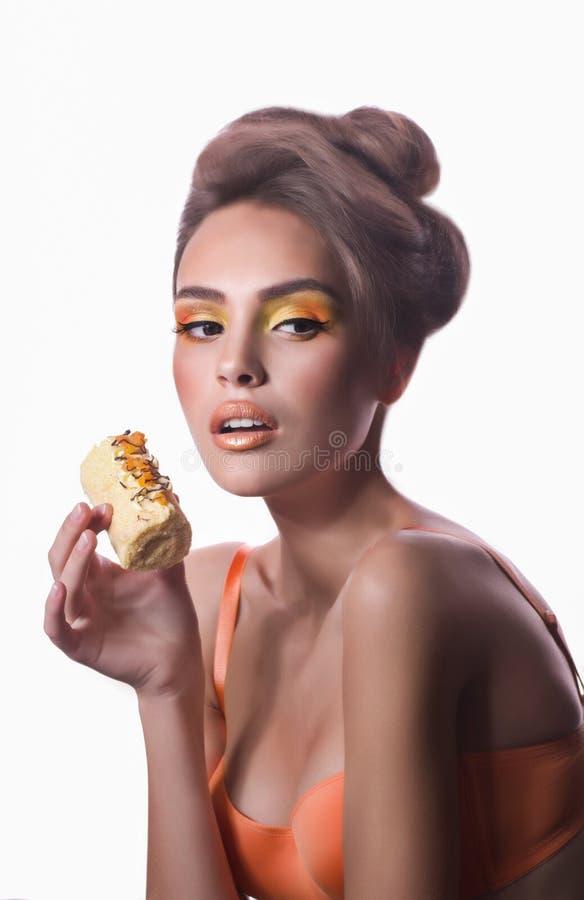 Meisje met heerlijke oranje praline royalty-vrije stock afbeelding