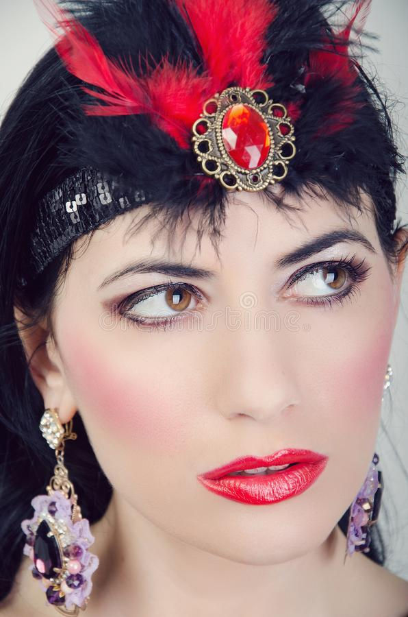 Meisje met heldere lippen en versieringen royalty-vrije stock afbeeldingen