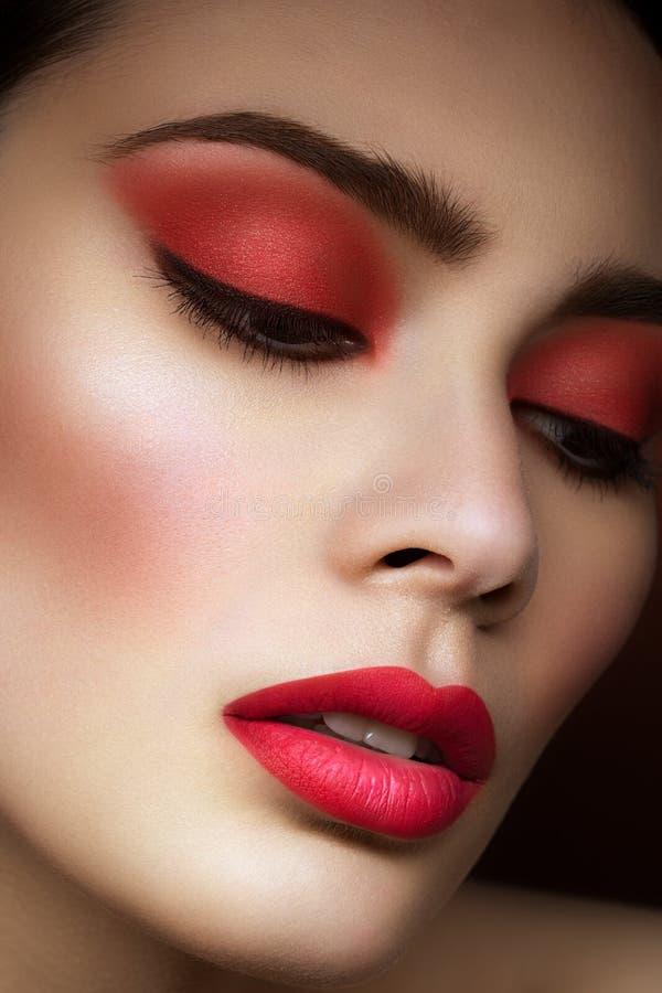 Meisje met heldere rode make-up stock afbeeldingen